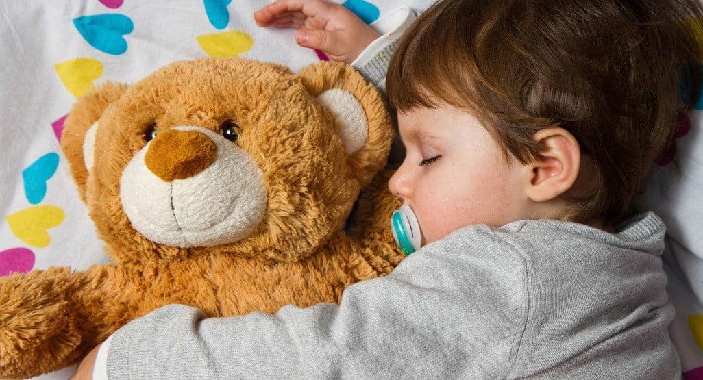 sommeil enfant lille bebe dort avec nounours