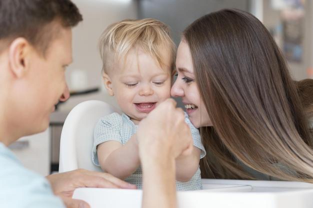 gros plan parents heureux enfant bas age 23 2148936152
